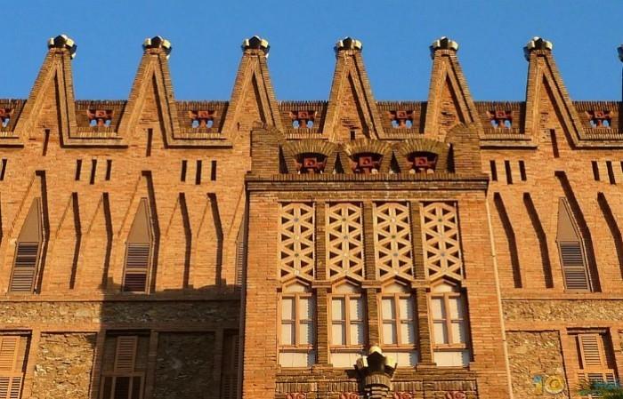 Antoni Gaudi Klosterschule der Theresianerinnen imposanter Bau