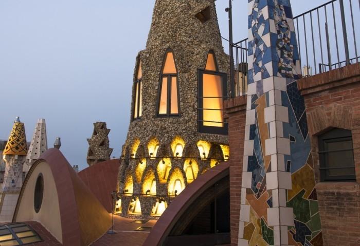 Antoni Gaudi Palau Güell zahlreiche fantasievolle Formen und Motive