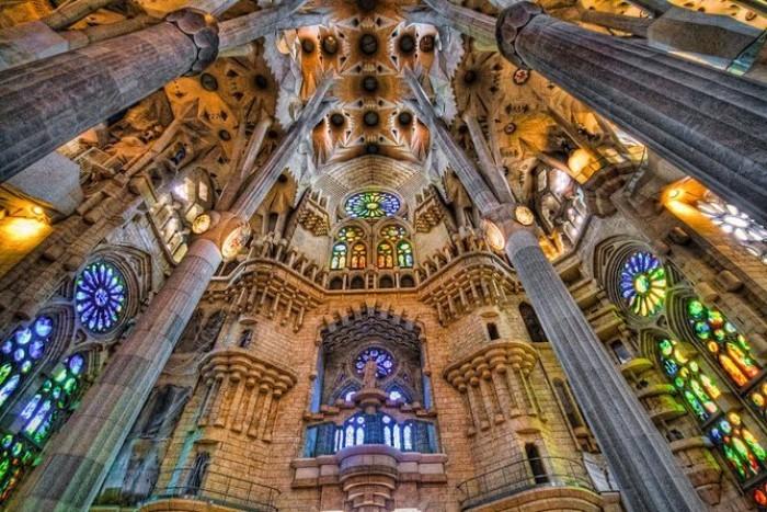 Antoni Gaudi sein Lebenswerk La Sagrada Familia imposanter Bau interessante Formen und Farben Sehenswürdigkeit Barcelonas viel besucht