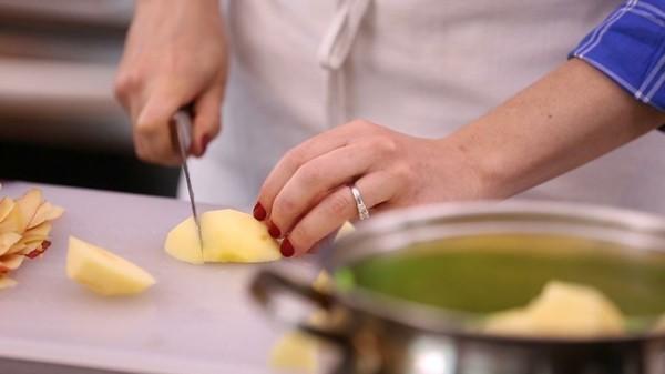 Apfelmus selber machen Apfel schälen und schneiden