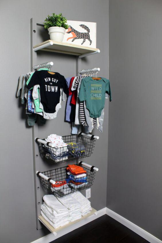 Babyzimmer einrichten gestalten Körbe Kleiderstangen an der Wand