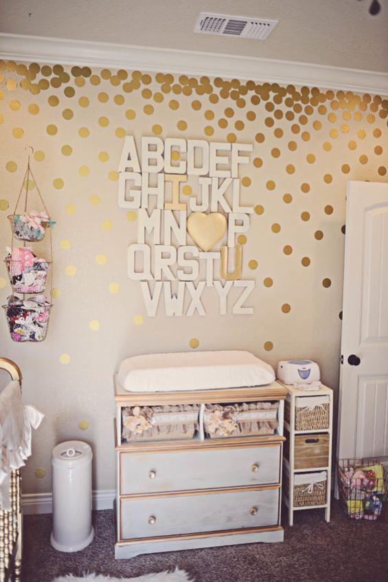 Babyzimmer einrichten gestalten Kommode in Retro Stil mit Matratze Wickelecke Wanddekoration
