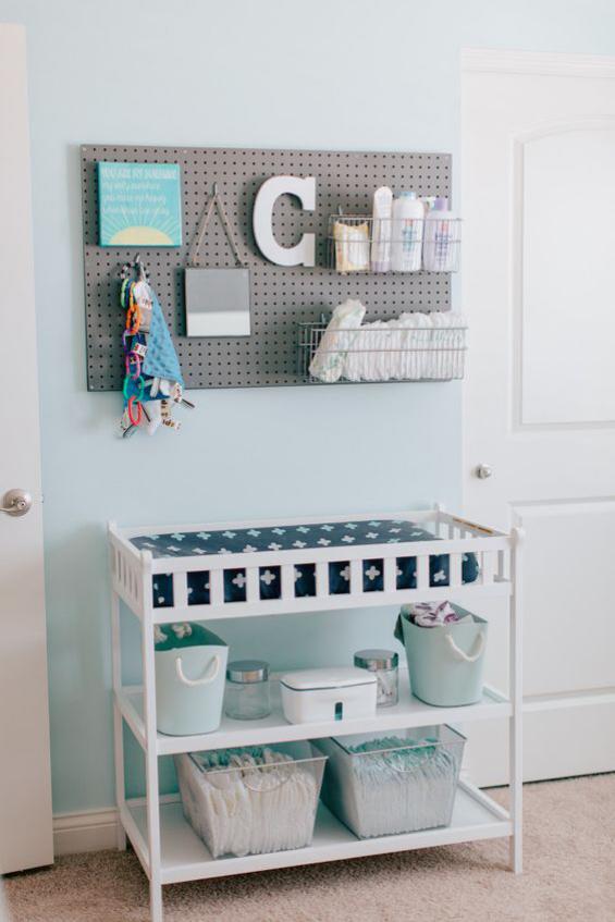 Babyzimmer einrichten gestalten Wickelbett beste Ordnung Körbe