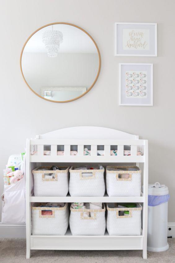 Babyzimmer einrichten gestalten Wickelkommode Wandspiegel Windeleimer zwei Bilder alles weiß