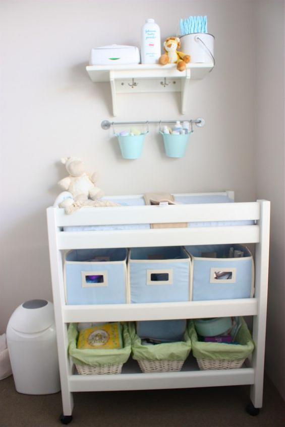 Babyzimmer einrichten gestalten Wickelkommode darunter Staukörbe daneben Windeleimer