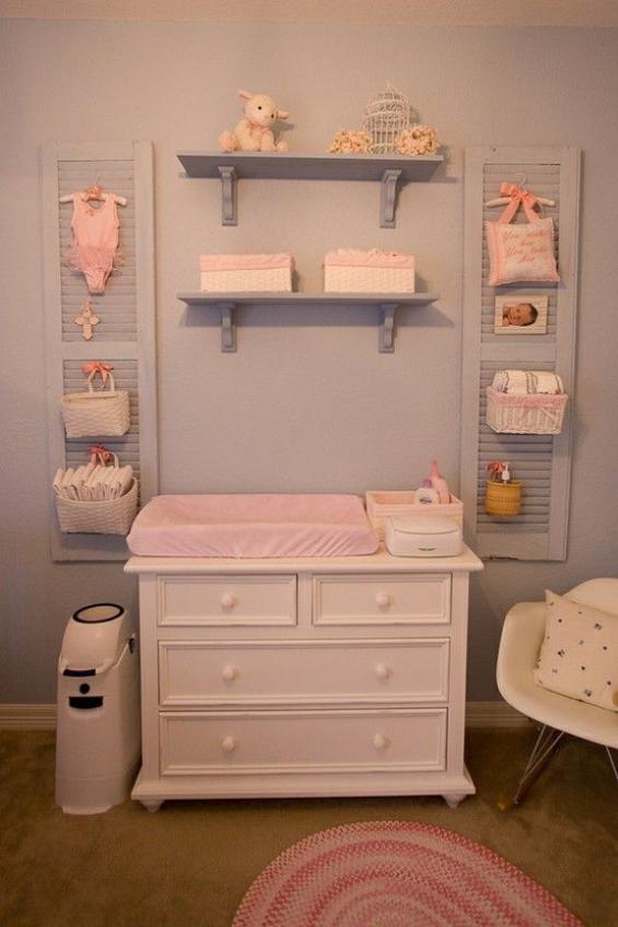 Babyzimmer einrichten gestalten Wickelkommode in Rosa offenes Regal Windeleimer