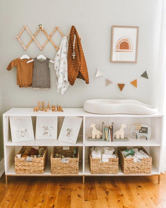 Babyzimmer einrichten gestalten Wickelkommode mit Matratze ergonomisch atmungsaktiv nicht sehr weich