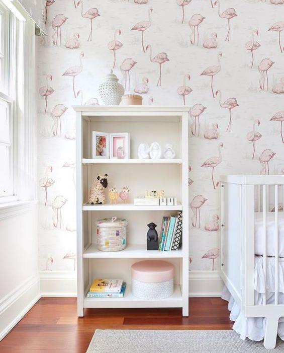 Babyzimmer einrichten gestalten hell einladend offener Schrank zwischen Fenster und Babybett Wandtapete mit rosa Flamingos