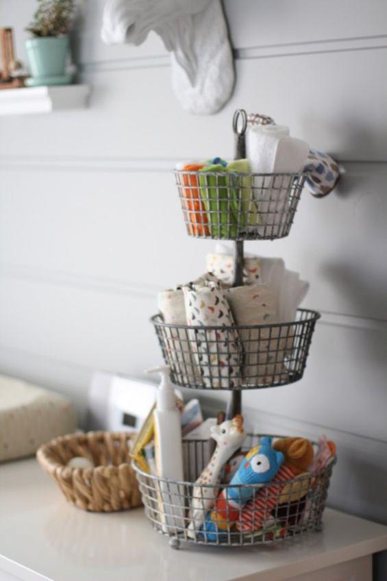 Babyzimmer einrichten gestalten korb-Etagere mit Babysachen