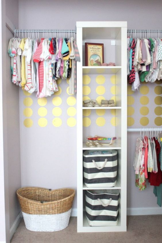 Babyzimmer einrichten gestalten offenes Regal Körbe Kleiderstangen