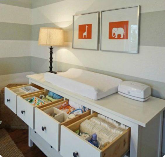 Babyzimmer einrichten gestalten passende Beleuchtung Lampe Wickelkommode viele Schubladen zwei Wandbilder