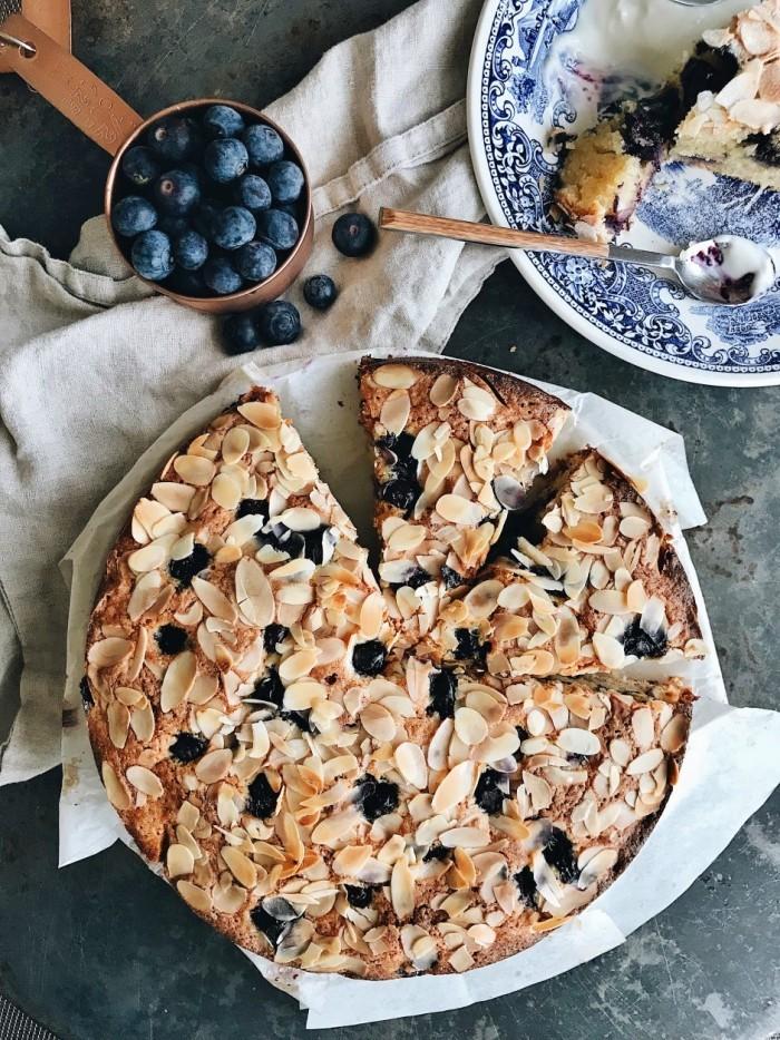 Blaubeerkuchen mit Mandelraspeln leckeres Dessert für den Sommer