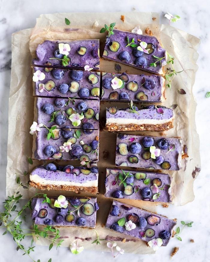 Blaubeerkuchen mit essbaren Blüten dekoriert schmeckt lecker ist gesund