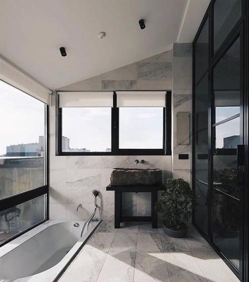 Eingelassene Badewanne Bonsaibaum Baddesign in Grau und Schwarz viel Licht