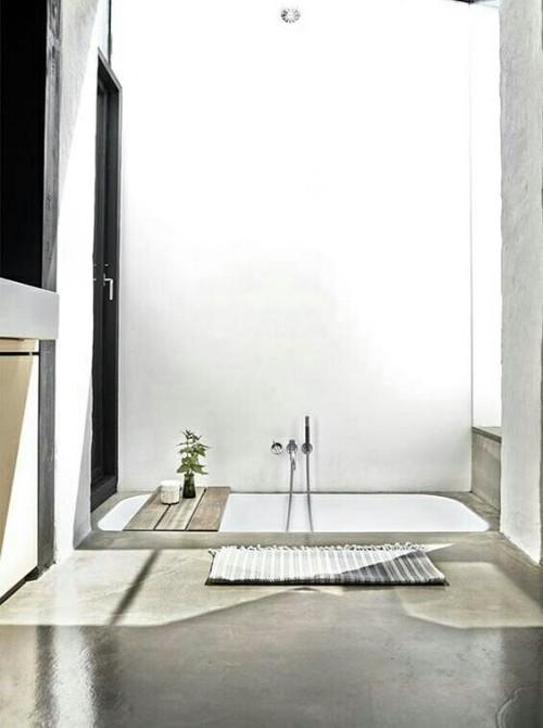 Eingelassene Badewanne Holzplatte Fußmatte minimalistisches Baddesign