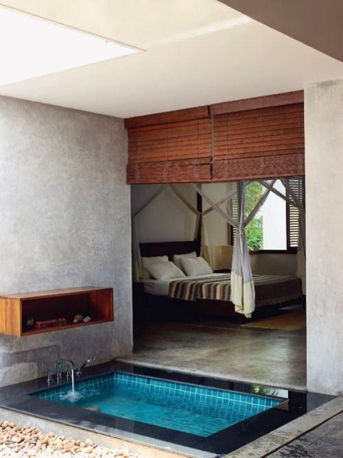 Eingelassene Badewanne Holzregal neben Schlafzimmer