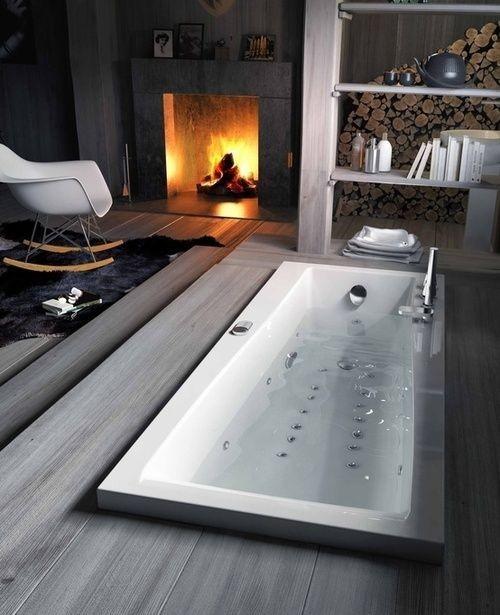 Eingelassene Badewanne Kamin Stuhl interessante Gestaltung