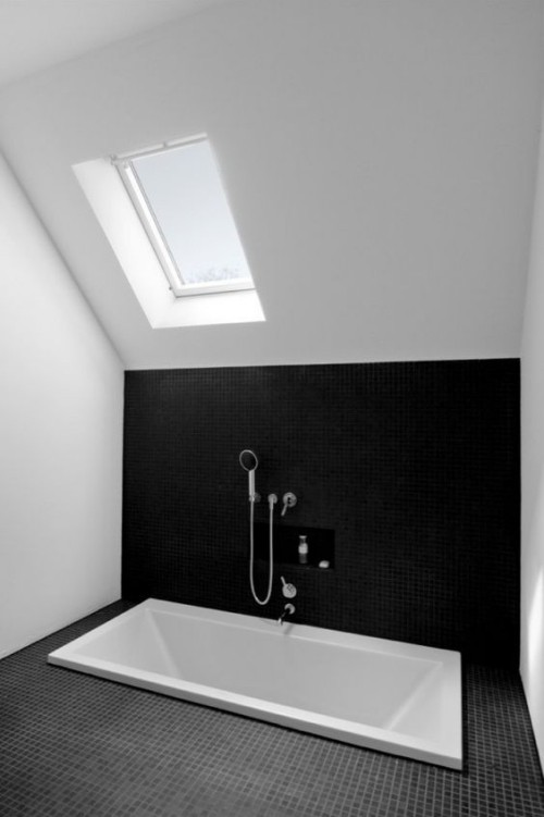 Eingelassene Badewanne Minimalismus in grau schwarz-weiß