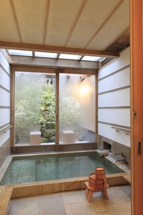 Eingelassene Badewanne Zen Atmosphäre Ruhe Gelassenheit mattierte Glaswand