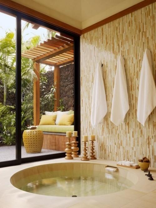 Eingelassene Badewanne Zen-Flair Kerzen Tücher Übergang zur Veranda