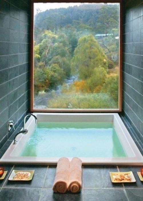 Eingelassene Badewanne breites Fenster Panoramablick Zen Feeling