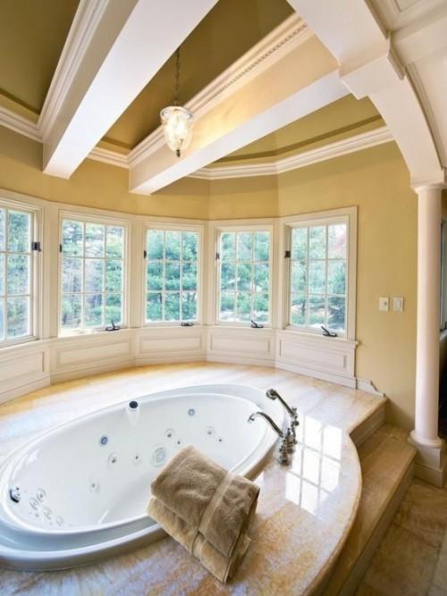 Eingelassene Badewanne durchdachtes Raumkonzept zeitloses Baddesign Marmor