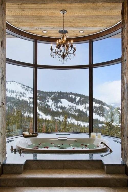 Eingelassene Badewanne erstklassiges Design breites Fenster Berglandschaft Rosenblüten im Wasser