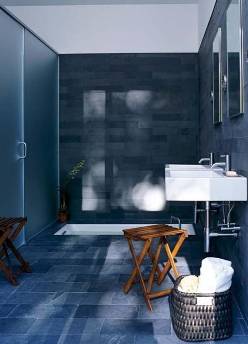 Eingelassene Badewanne gefliestes Bad in Blau Waschbecken Wanne in Weiß Holzhocker