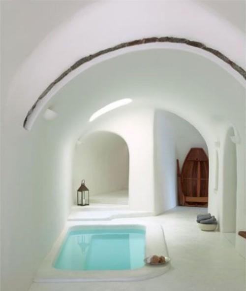Eingelassene Badewanne gewölbte Durchgänge ganz in weiß