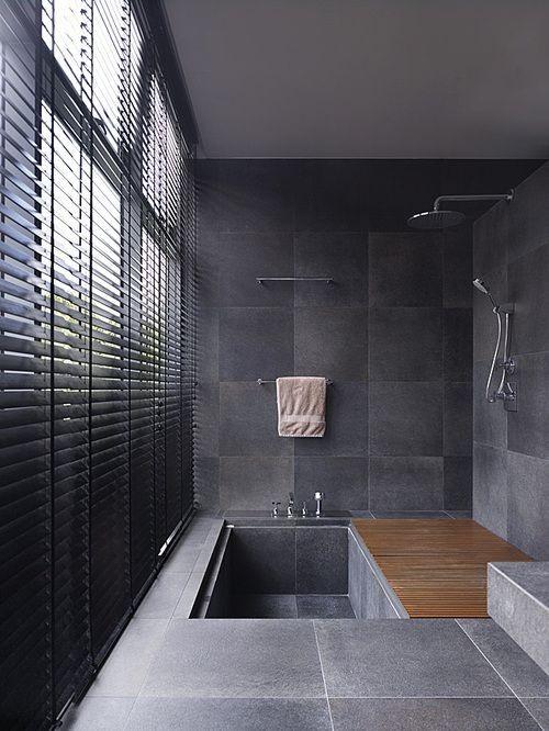 Eingelassene Badewanne graue Fliesen Dusche