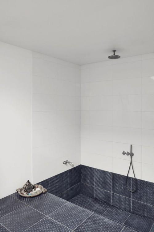 Eingelassene Badewanne graue Fliesen mit Dusche kombiniert