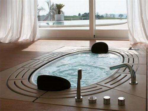 Eingelassene Badewanne luxuriöse Ausführung Blick draußen Pool