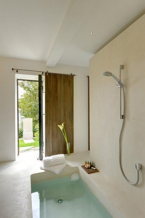 Eingelassene Badewanne minimalistisches Baddesign Callas in Vase Blick nach draußen