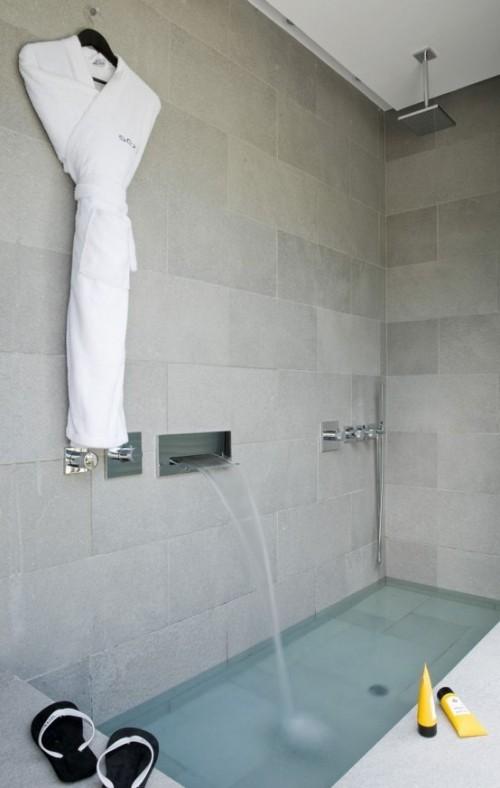 Eingelassene Badewanne minimalistisches Design fließendes Wasser
