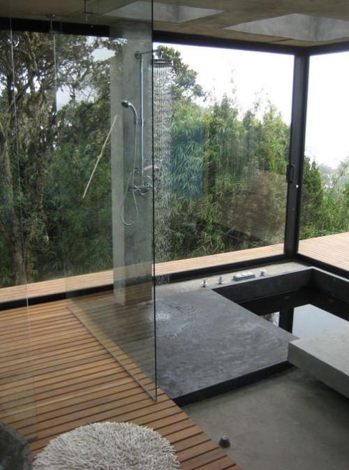 Eingelassene Badewanne mit Dusche kombiniert Holz Glaswand Panoramablick