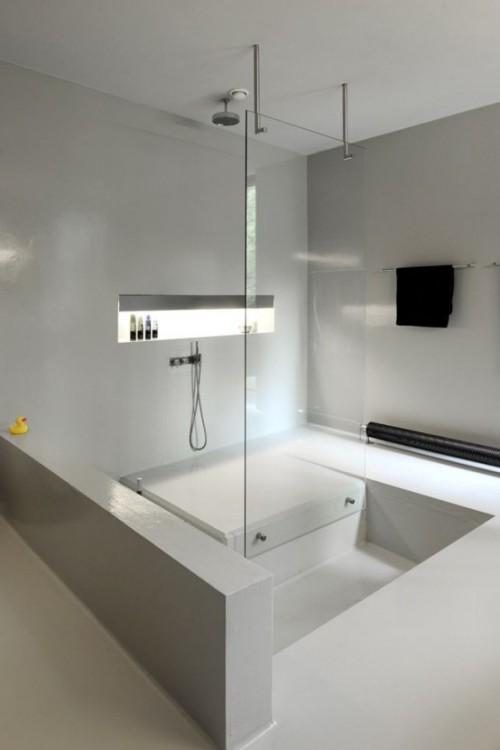 Eingelassene Badewanne mit Dusche kombiniert minimalistisches Baddesign