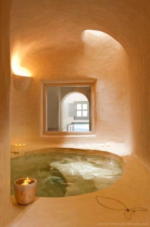 Eingelassene Badewanne runde Formen Zen Atmosphäre Kerzen gewölbte Durchgänge