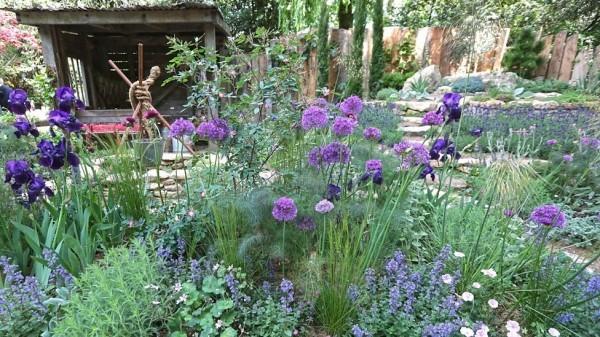 Gartengestaltung Gras und Lila Blumen