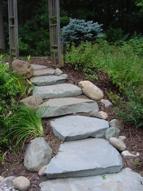 Gartenwege aus Stein Naturgarten einzelne dicke Trittplatten aus Stein
