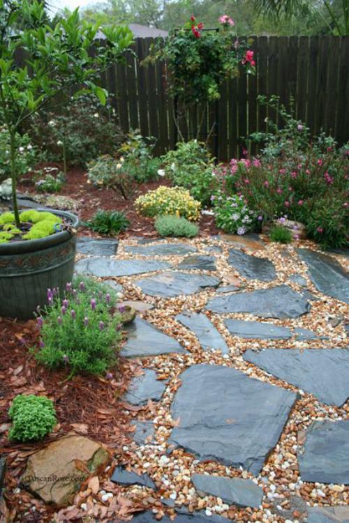 Gartenwege aus Stein Steinplatten Kies Splitt grüne Pflanzen