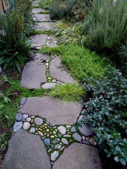 Gartenwege aus Stein Steinplatten mit kleinen Steinen Moos Gras dazwischen