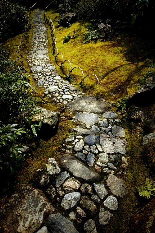 Gartenwege aus Stein altertümlicher Look Geländer aus Metall