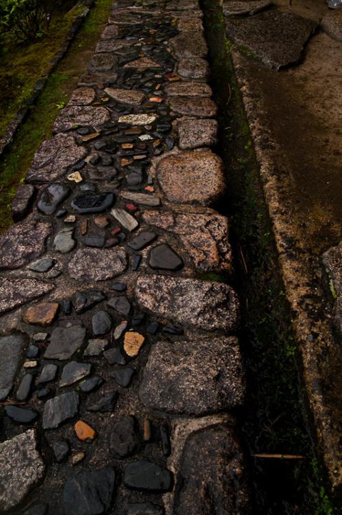 Gartenwege aus Stein altertümlicher Look dunkle Farben