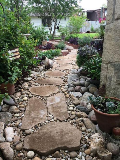 Gartenwege aus Stein großformatige Steine mit kleineren Steinen kombiniert