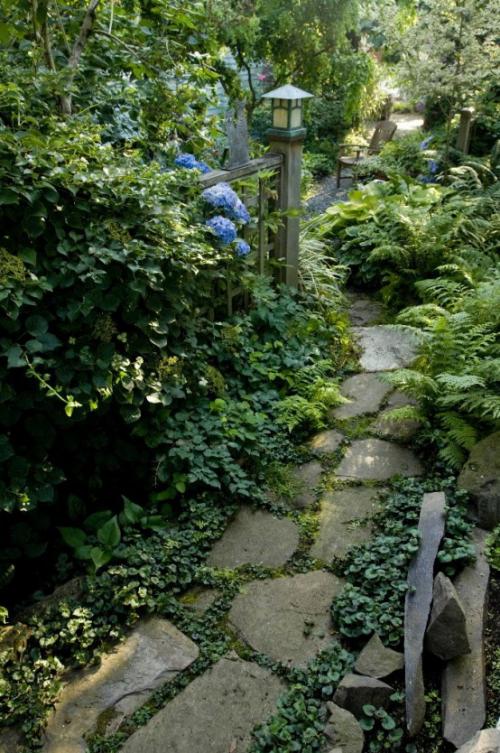 Gartenwege aus Stein ins Grün eingetaucht Laterne aus Holz Urban Gardening
