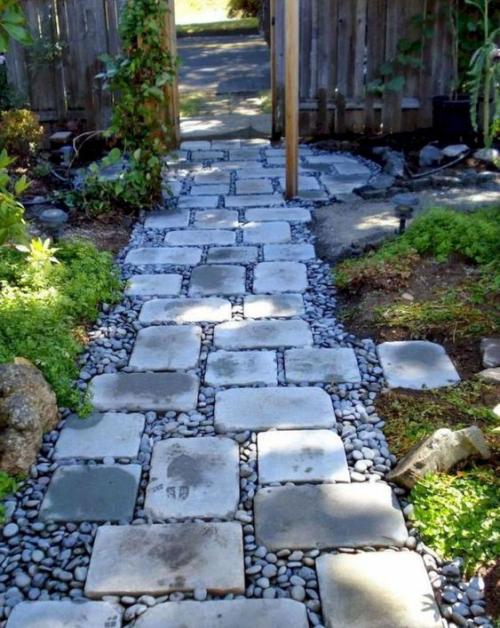 Gartenwege aus Stein rechteckige Steinplatten mit Kies gerade zum Tor