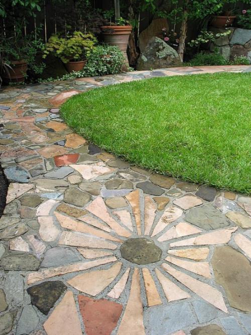 Gartenwege aus Stein verschiedene Platten in Form und Farbe bilden Mosaik
