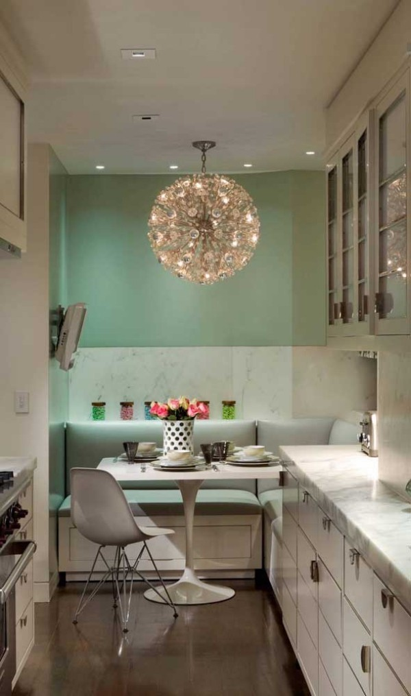 Grüne Wand im Hintergrund und Küchentische Idee