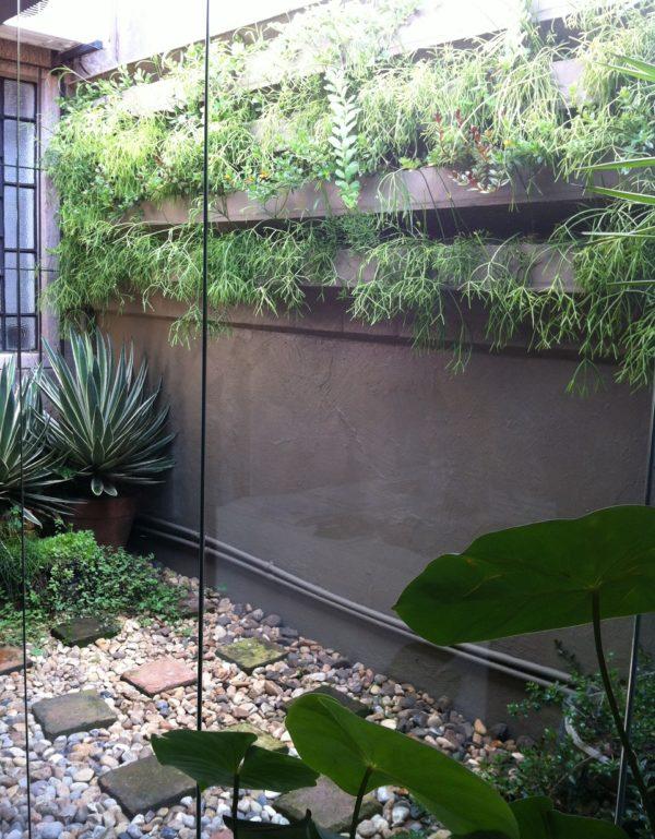 Grüne Wandgestaltung Vorhof mit Steinen
