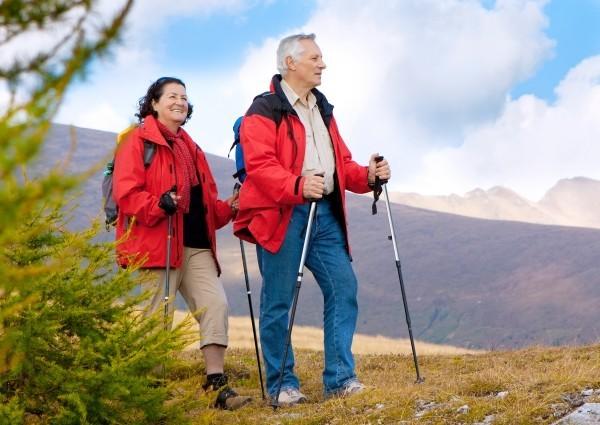Granatapfel Wirkung bewiesen – Anti-Aging-Verbindung besteht Menschenversuch sport treiben senioren wandern